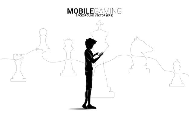 Mann mit handy und schachfigurenlinie silhouette Premium Vektoren