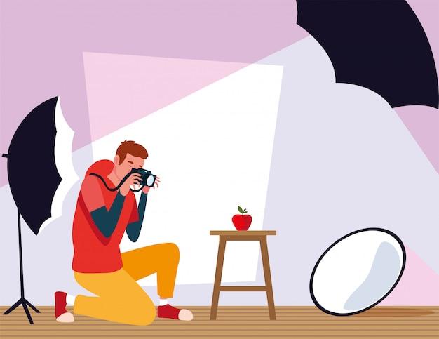 Mann mit kamera im fotostudio