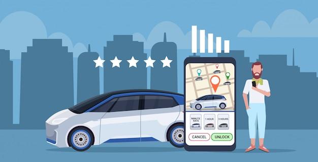 Mann mit mobiler anwendung hinterlässt feedback taxi carsharing bewertungskonzept smartphone-bildschirm mit stadtplan transport carsharing service app in voller länge