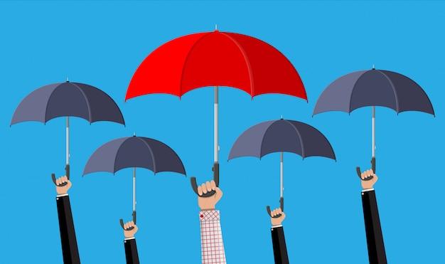 Mann mit rotem regenschirm in der menge