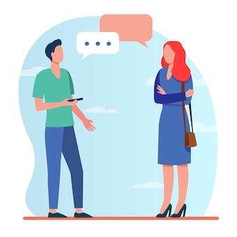 Mann mit smartphone und frau sprechen draußen. gespräch, sprechblase, fragende flache vektorillustration des ziels. kommunikation