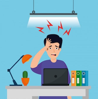 Mann mit stressangriff am arbeitsplatz