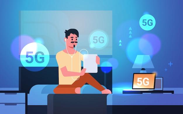 Mann mit tablet hörbuch 5g online-kommunikation fünfte innovative generation der internetverbindung