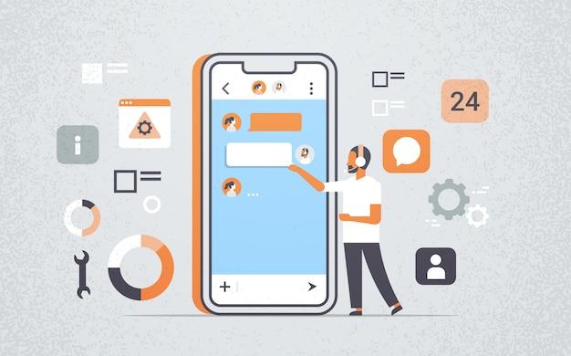 Mann mit technischen online-support mobile anwendung