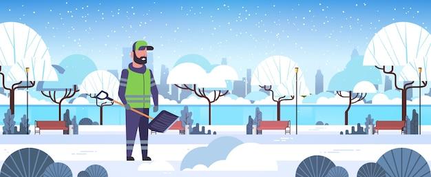 Mann reiniger mit kunststoffschaufel schneeräumung winter straße reinigungsservice konzept städtischen schneebedeckten park landschaft flach in voller länge horizontale vektor-illustration