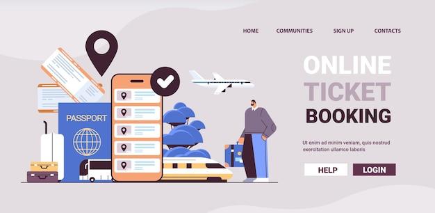 Mann reisender mit gepäckkauf oder ticketsuche in der mobilen app online-ticketbuchung unterwegs