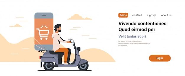 Mann reiten roller mit mobiler anwendung online-shopping