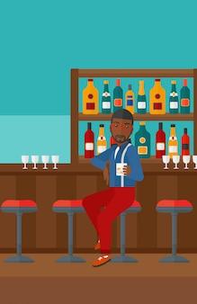 Mann sitzt an der bar