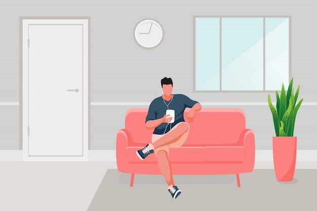 Mann sitzt auf dem sofa