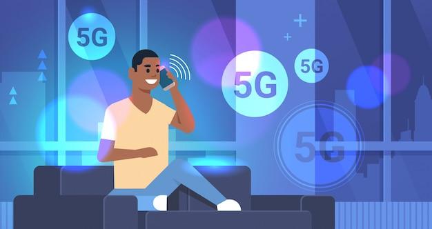 Mann spricht telefon 5g online-kommunikation fünfte innovative generation von internet-verbindungskonzept