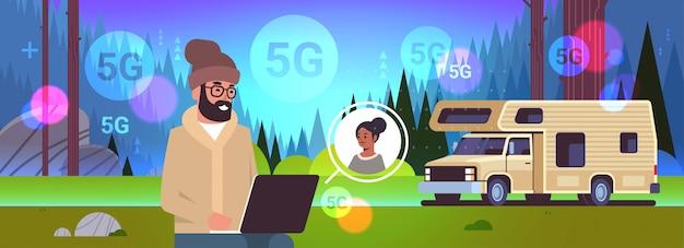 Mann tourist mit laptop chat mit mädchen 5g online-wireless-system-verbindung soziales netzwerk chat blase kommunikationskonzept in voller länge horizontale kopie raum illustration