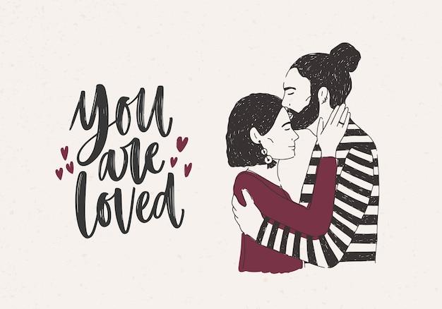 Mann umarmt und küsst frau auf stirn und sie sind geliebt schriftzug mit winzigen herzen verziert. paar romantische partner am date