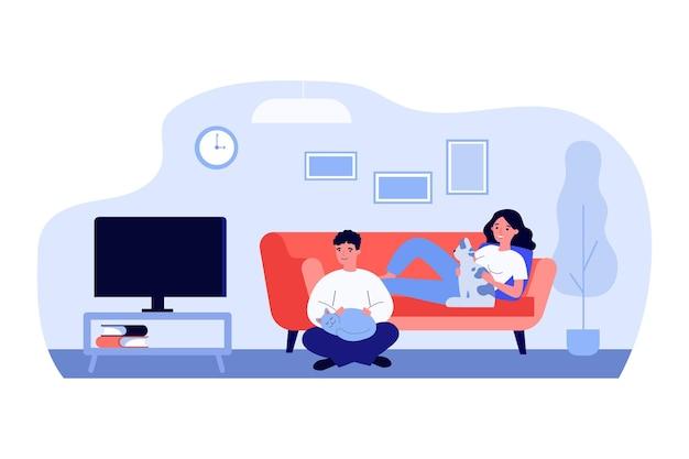 Mann und frau beim fernsehen im wohnzimmer mit haustieren. paar, katzenliebhaber, zu hause. flache vektorillustration