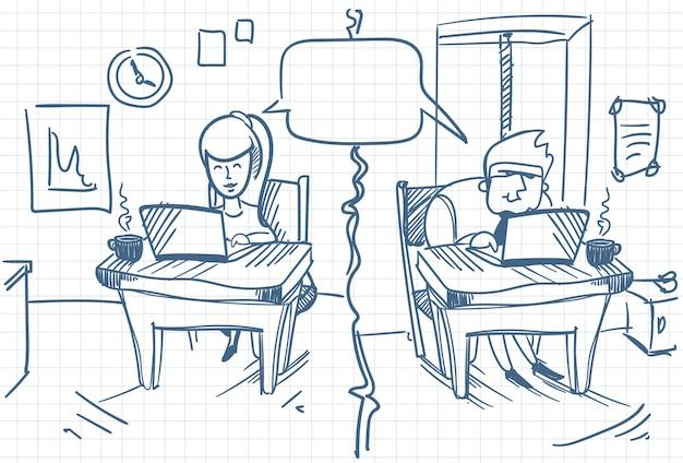 Mann und frau, die das sitzen an den computern am büro-social media-kommunikations-gekritzel plaudern