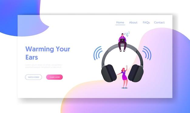 Mann und frau hören musik auf player oder handy mit drahtlosen kopfhörern landing page template