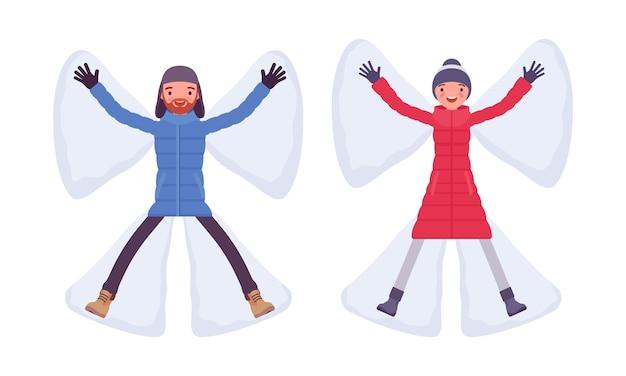Mann und frau in einer daunenjacke, die schneeengel macht, fällt mit ausgestreckten armen in warme winterkleidung, klassische stiefel, hut. vector flache karikaturillustration lokalisiert auf weißem hintergrund
