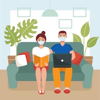 Mann und frau in masken sitzen auf einer couch