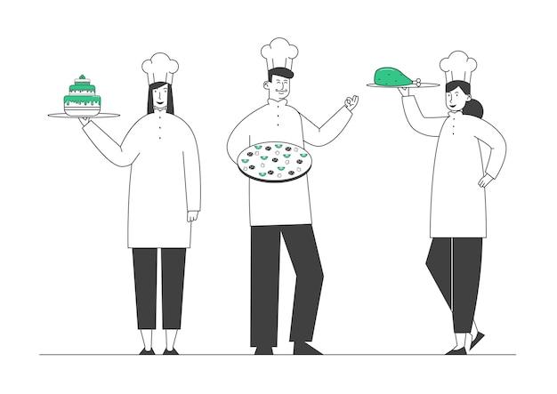 Mann und frau köche in haube und schürze halten gerichte in händen pizza kuchen fleisch