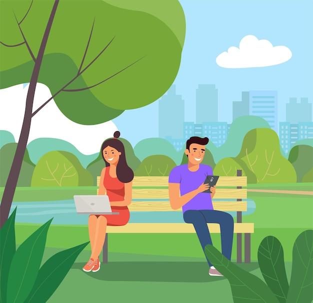 Mann und frau sitzen auf der bank mit notizbuch und smartphone