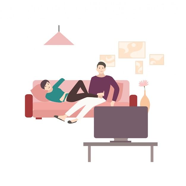 Mann und frau sitzen und liegen auf bequemem sofa und sehen fern. junges paar, das zeit zusammen zu hause vor dem fernseher verbringt. nette flache zeichentrickfiguren. bunte illustration.