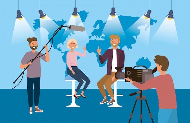 Mann- und frauenreporter im studio mit kamerafrau und kameramann