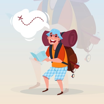 Mann-wanderer, der karten-reisenden hiling on adventure vacation concept hält