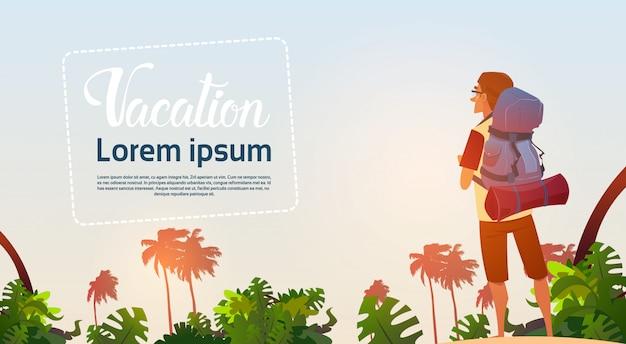 Mann-wanderer genießen den ansicht-tropischen waldreisenden, der auf abenteuer-ferien-konzept wandert