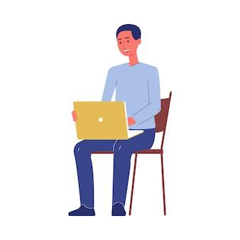Mannkarikaturfigur, die auf einem stuhl mit laptop sitzt