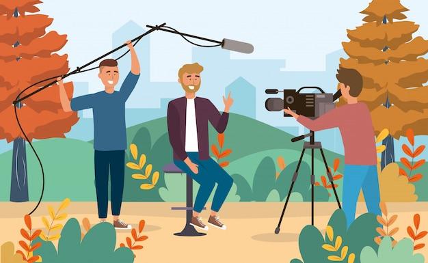 Mannreporter und kameramänner mit kamerarecorder und mikrofon