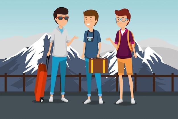 Manntourist mit koffer und gepäck und schneebedeckten bergen