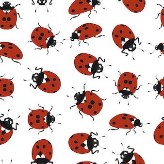 Marienkäfer nahtlose muster. handgezeichneter marienkäfer. isoliert auf weißem hintergrund. fliegendes insekt. tierwelt. roter hintergrund schwarzer punkt. vektor-illustration.