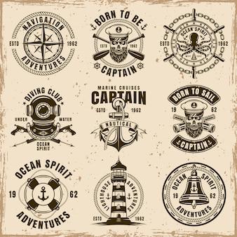 Maritimes set von neun vektoremblemen, etiketten, abzeichen oder t-shirt-drucken im vintage-stil auf schmutzigem hintergrund mit flecken und grunge-texturen