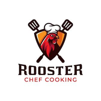 Maskottchen-logo des hahn-chefkochs, der gegrilltes hühnchen-barbecue-restaurantlebensmittel-logo-designvektor kocht