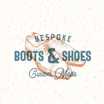 Maßgeschneiderte stiefel und schuhe retro zeichen oder logo-vorlage mit mann schuh illustration und vintage typografie.