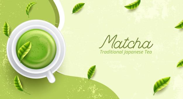 Matcha latte tasse auf grünem hintergrund von oben.