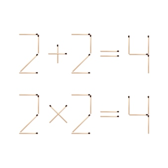 Mathematische ausdrücke zwei plus zwei gleich vier und zwei mal zwei gleich vier aus braunen übereinstimmungen nahaufnahme oben auf weißem hintergrund