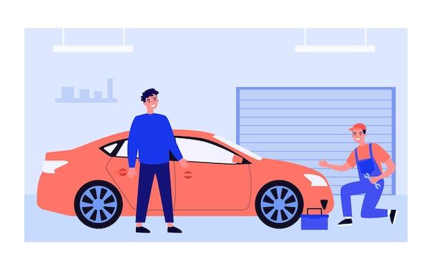 Mechaniker untersucht und repariert rotes auto