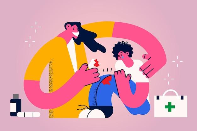 Medizinische hilfe und assistenzkonzept. junge lächelnde mutter-cartoon-figur, die sitzt und baumwollhilfe auf das blutende verletzte knie ihres weinenden sohns setzt vektorillustration