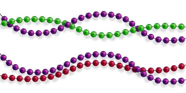 Mehrfarbige perlen auf weißem hintergrund. schöne kette in verschiedenen farben. reine perlen sind realistisch. dekoratives element aus goldenem kugelentwurf.