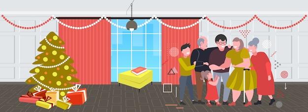 Mehrgenerationenfamilie, die zusammen frohe weihnachten winterferienfeierkonzept modernes wohnzimmerinnenraum flaches horizontales banner vektorillustration in voller länge steht