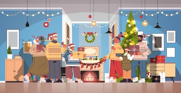 Mehrgenerationenfamilie in den weihnachtsmützen, die geschenke neujahrsweihnachtsfeiertagsfeierkonzept wohnzimmerinnenraum horizontale vektorillustration in voller länge halten
