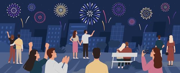Menge feiern feuerwerk. leute sehen feuerwerk nachts in der stadtlandschaft. neues jahr und unabhängigkeitstag feiern flaches vektorkonzept. illustration feiern glückliche menschen und buntes feuerwerk