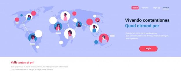 Menschen auf der weltkarte chat blasen globale kommunikation teamwork verbindungskonzept avatar mix race mann frau steht vor flachen kopie raum banner