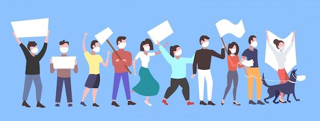 Menschen demonstranten in gesichtsmasken halten leere plakate protestieren gegen luft naturverschmutzung männer frauen aktivisten gruppe mit leeren zeichen banner demonstration streik konzept in voller länge horizontal