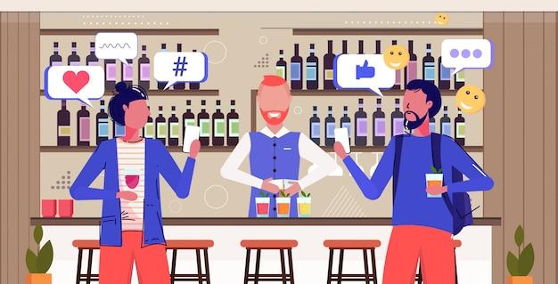Menschen, die cocktails trinken social-media-netzwerk chat-blase kommunikationskonzept besucher mit online-mobile-app moderne pub innenskizze porträt horizontal