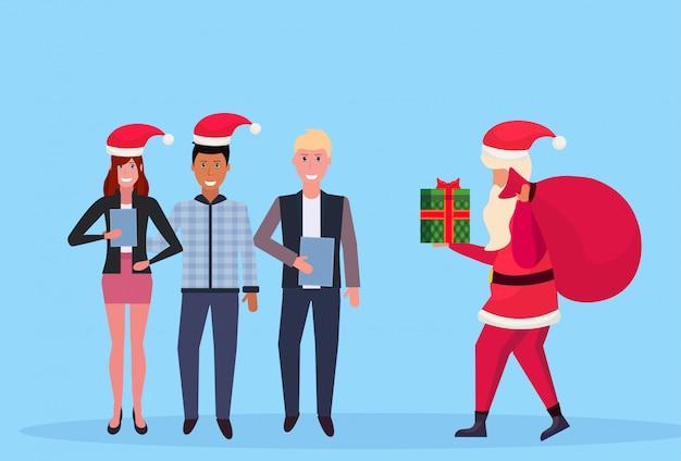 Menschen, die geschenke vom weihnachtsmann erhalten