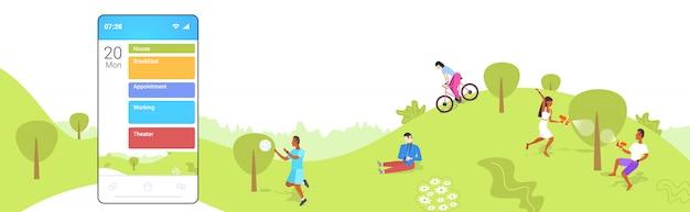 Menschen, die im park männer frauen mit smartphone mobile app mit verschiedenen arbeitstag aktionen pläne über haus frühstück termin arbeit und theater zeitplan konzept in voller länge horizontal ruhen