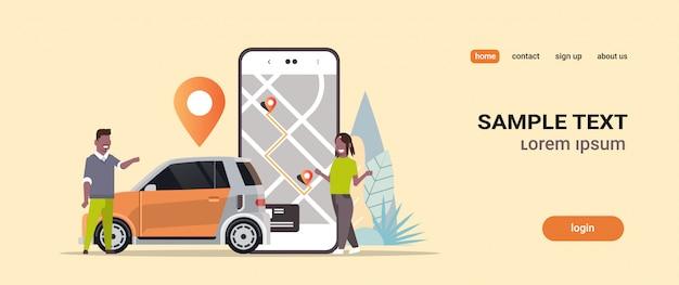 Menschen, die mobile app verwenden, bestellen taxi carsharing-konzept transport carsharing-service-anwendung mann frau in der nähe von smartphone-bildschirm mit gps-karte kopieren raum horizontal