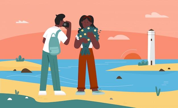 Menschen, die naturseelandschaftsillustration fotografieren. touristenfiguren des karikaturliebhaberspaares, die sonnenuntergang genießen, selfie-foto des natürlichen strandseestücks mit leuchtturmhintergrund machend