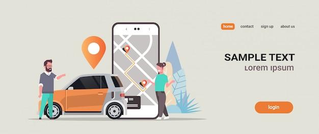 Menschen, die online bestellen taxi car sharing mobile application konzept transport carsharing service app mann frau in der nähe von smartphone-bildschirm mit gps-karte
